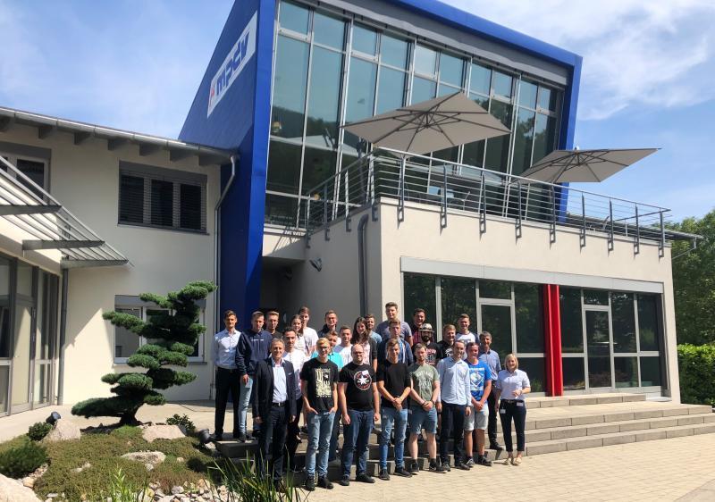 Mehr als 80 Schüler im Alter zwischen 16 und 19 Jahren nahmen an dem Wettbewerb SmartFactory@School in der Firmenzentrale von MPDV in Mosbach teil. In drei Runden traten die Teams gegeneinander an. (Bildquelle: MPDV)