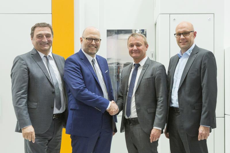 Freuen sich auf die weitere gemeinsame Zusammenarbeit: Dr. Christian Lang (Geschäftsführer Vertrieb und Marketing Liebherr Verzahntechnik GmbH), Dr. Hans Gronbach (Geschäftsführer Technik Liebherr-Verzahntechnik GmbH), Daniel Ehmans (CEO LMT Tools), Jörn Grindel (Head of EMEA LMT Tools)