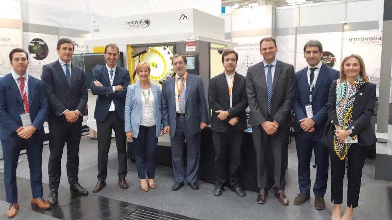 Jesús de la Maza, Präsident der Innovalia Gruppe, Borja de la Maza, Direktor von Innovalia Metrology, Arantza Tapia Ministerin für wirtschaftliche Entwicklung und Infrastruktur der baskischen Regierung sowie weitere Regierungsmitglieder auf der EMO.