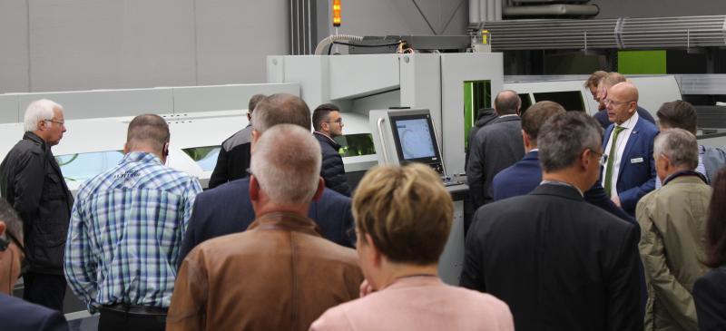 Klaus Schmidt, Gebietsverkaufsleiter bei der BLM GROUP Deutschland (Dritter von rechts), zeigte den Besuchern unter anderem die vielseitigen Möglichkeiten der Rohrlaserschneidemaschinen LT5.10 und LT FIBER EVO auf.