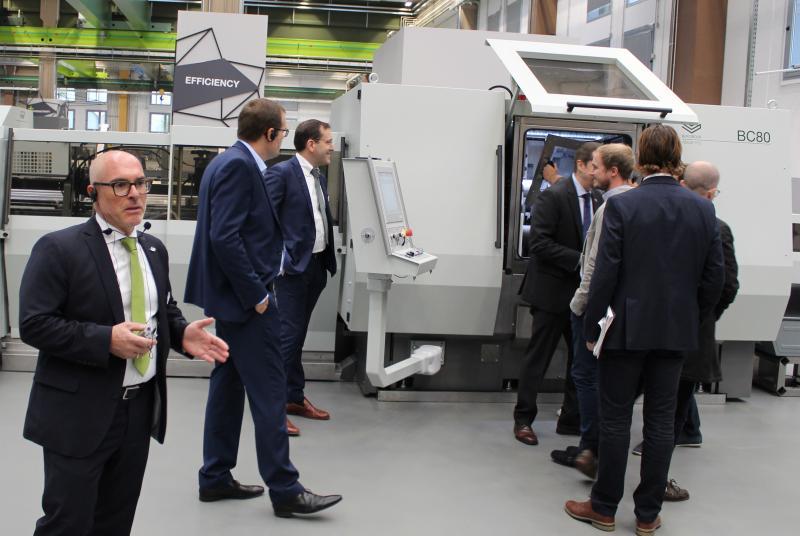 Giuseppe Caruso, Gebietsverkaufsleiter bei der BLM GROUP Deutschland (im Bild ganz links), stellte den Besuchern die Möglichkeiten der verschiedenen Sägen des Unternehmens vor. Auch sie waren auf der INTUBE 2019 im Live-Betrieb zu sehen.