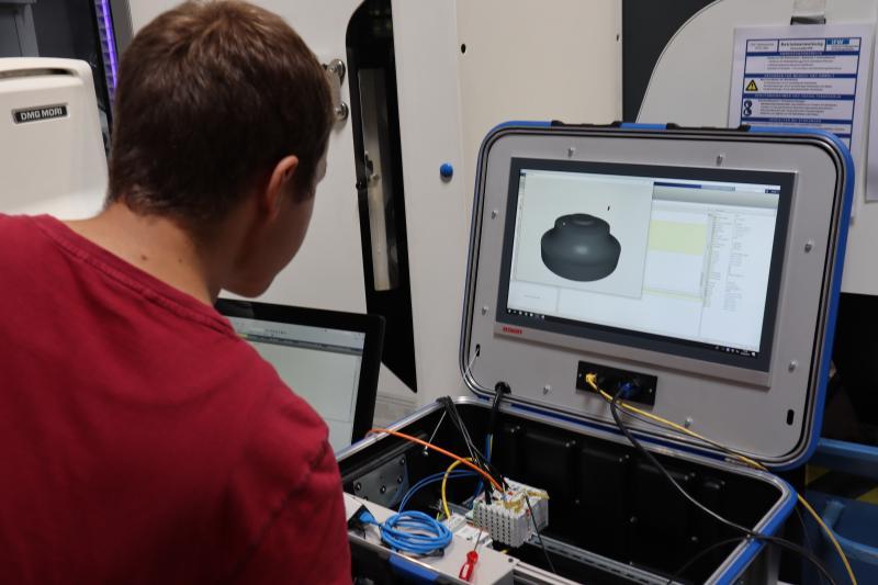 Die Ingenieure des IFW haben ein mobiles Messsystem entwickelt. Es erfasst direkt vor Ort bei den Unternehmen Maschinendaten.
