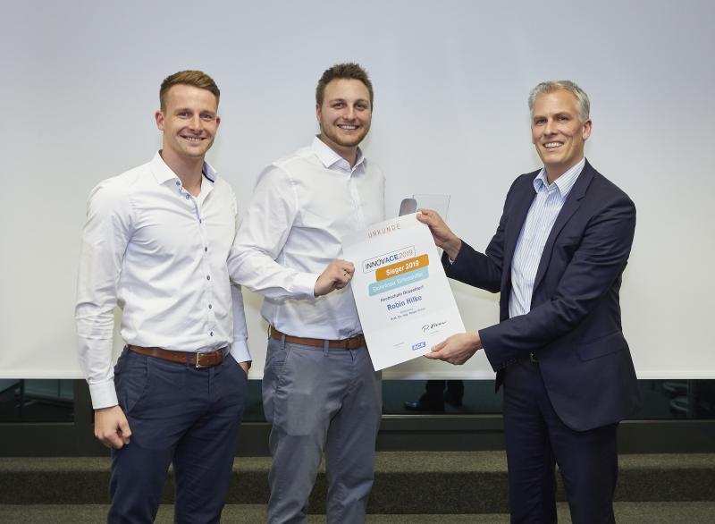Toni Riediger, Digital Marketing Manager der ACE Stoßdämpfer GmbH, Robin Hilke, Preisträger des INNOVACE 2019, Dr. Peter Kremer, Geschäftsführer der ACE Stoßdämpfer GmbH (von links nach rechts)