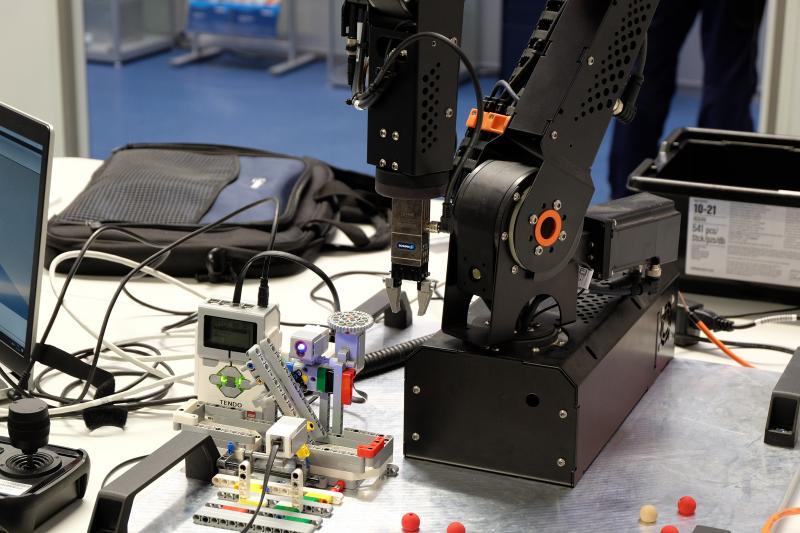 Mit Leichtbaurobotern, SCHUNK Greifern und Sensoren war es den Jugendlichen möglich, eine realitätsnahe Lösung zu entwickeln.