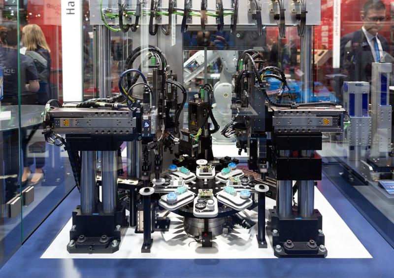 Elektrische Hochleistungsmontage: Mit dem cleveren 24V-Baukasten von SCHUNK lassen sich komplette Montageanlagen konfigurieren.