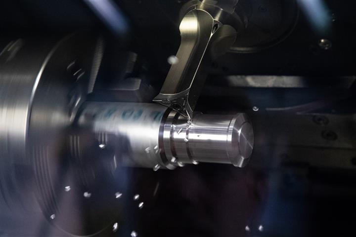 Bei der Herstellung einer Radnabe für die Firma Rotor konnten mit High Dynamic Turning und den FreeTurn-Tools vier Werkzeuge eingespart und die Bearbeitungszeit um 30 % reduziert werden.