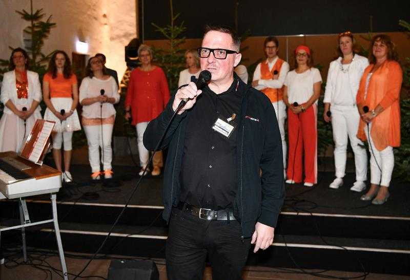Wolfgang Heinisch, COO der Egin-Heinisch GmbH & Co. KG bei der Begrüßung des Gospelchors GET UP!