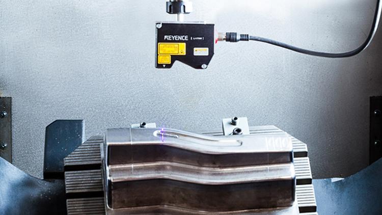 Im Bearbeitungsraum einer CNC-Werkzeugmaschine integrierter und mit der Maschinensteuerung vernetzter Profil-Laserscanner: Dadurch können die zuvor geschweißten Werkzeugformflächen innerhalb von Sekunden präzise aufgezeichnet werden. Auf Basis der Scan- und Maschinendaten erfolgt über das entwickelte Assistenzsystem eine vollautomatisierte und auf den reparaturfall angepasste 5-Achs CAD-CAM-Simulationsplanung. Bevor die geschweißte Werkzeugform auf der CNC-Maschine final auf Endkontur nachbearbeitet wird, werden die vom System vorausgewählten Einstellgrößen durch eine Prozesssimulation (mit der Simulationsumgebung IFW CutS) hinsichtlich Oberflächenqualität und Reparaturzeit optimiert.
