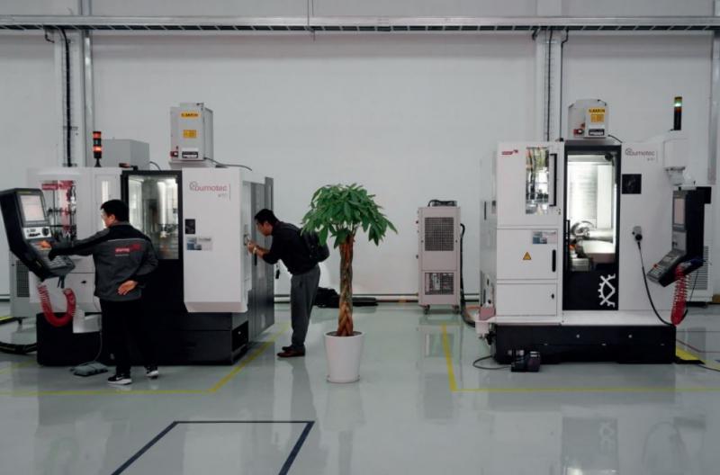 Mit dem Fräszentrum Bumotec s181 mit zwei Bearbeitungsstationen können zwei Teile gleichzeitig bearbeitet werden.