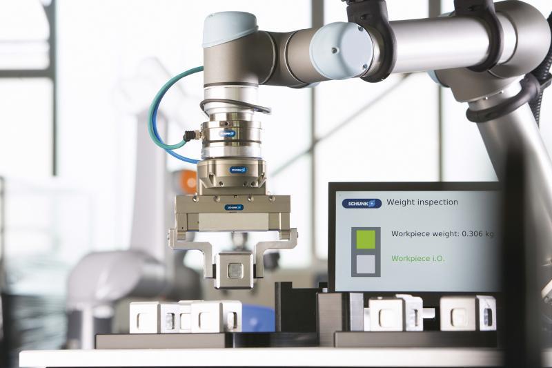 Integrierte Bauteilüberwachung: In dieser exemplarischen Anwendung erfasst das SCHUNK-Greifsystem mit Kraft-Momenten-Sensorik auch das Werkstückgewicht.