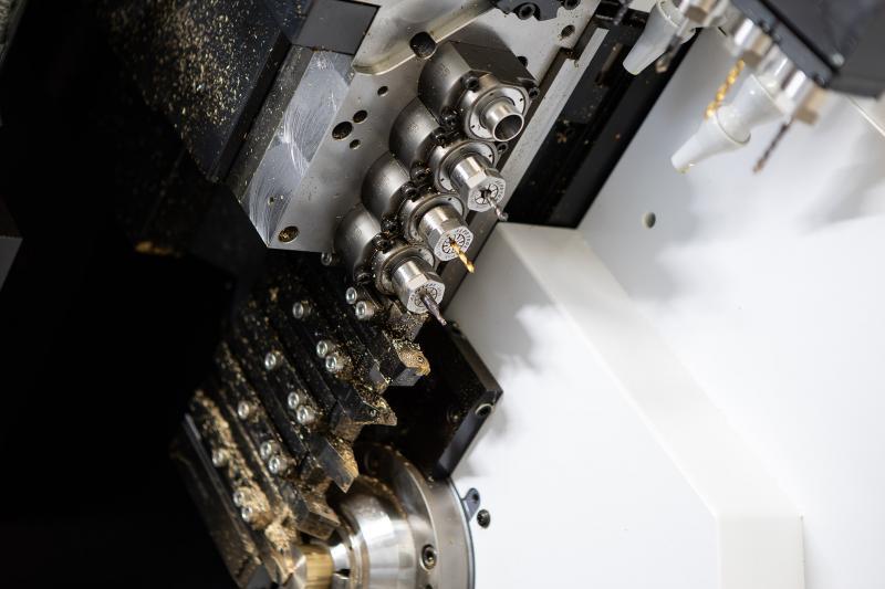 Mit einem großen Werkzeugarsenal besticht die Cincom M32.