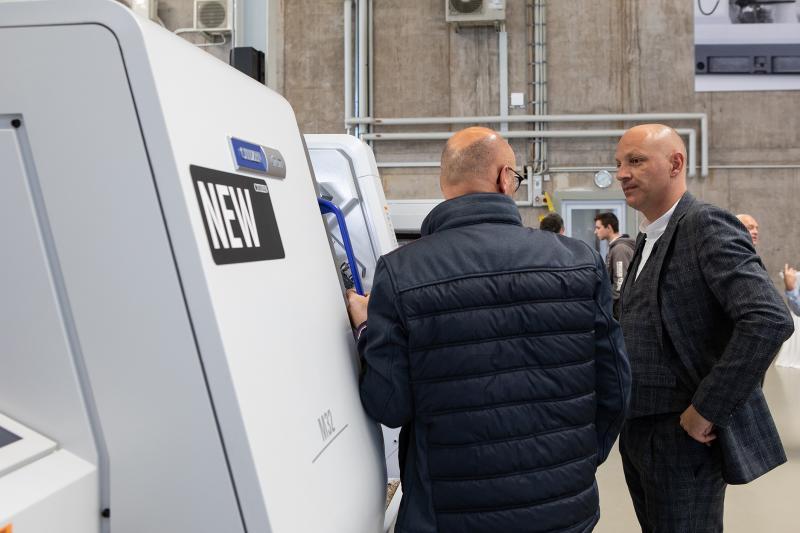 Wertvolle Gespräche mit Anwendungstechnikern und Vertriebsexperten wie Giovanni D'Addio (rechts) machen die Drehmaschinen-Kompetenz von Citizen noch greifbarer.