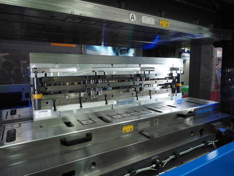 Schnelles Werkzeugrüsten mit Magnetspannplatten auf mechanischer Servopresse von Andritz Kaiser