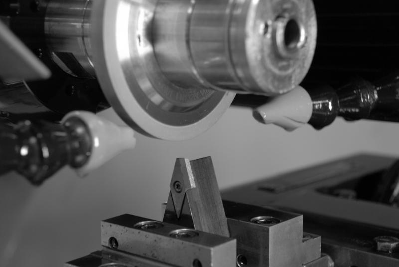 Das Schleifen eignet sich aufgrund der Verschleißbeständigkeit der Werkzeuge für die Bearbeitung hochharter Wendeschneidplatten. Forschern am IFW ist es nun gelungen, mithilfe von Wendeschneidplatten Profile in sintermetallische CBN-Schleifscheiben einzubringen – ein neuer Ansatz, der sich vor allen Dingen auch wirtschaftlich rechnet.