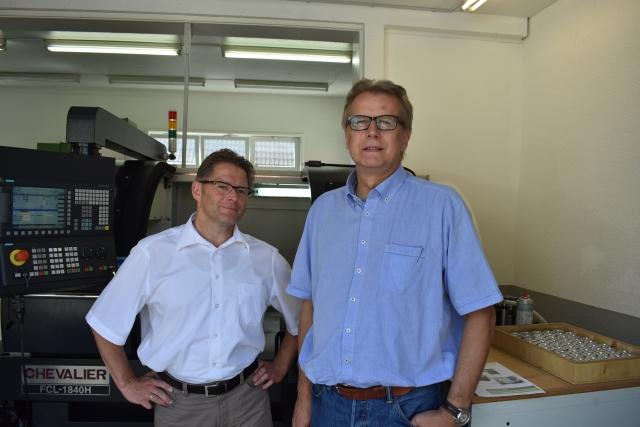 Markus Ciesla, Produktmanager Chevalier und Caruso bei der Hommel Maschinentechnik GmbH (links) und Hans-Peter Kiffmeier, Außendienstmitarbeiter bei der Hommel Maschinentechnik GmbH (rechts).