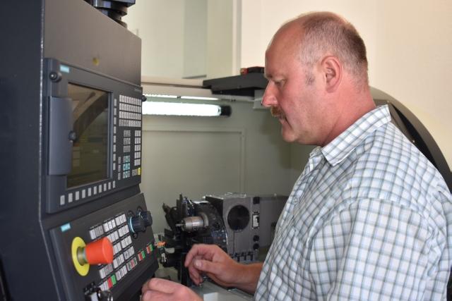 Reinhard Müller macht es immer noch Spaß, die Maschinen selbst zu programmieren und dabei die günstigste Bearbeitungsstrategie zu finden.
