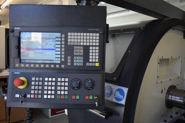 Die adaptierte Steuerung Siemens 828D macht die Zyklendrehmaschine zu einer echten Universaldrehmaschine.
