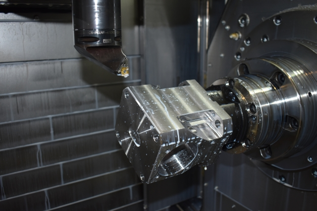 Durch die um 225° schwenkbare B-Achse und einem B-Achsen-Verfahrweg von 1.100 mm können komplexe Fertigungsaufgaben auf der NTRX-300 durchgeführt werden.