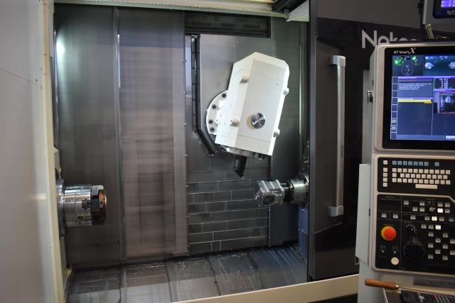 Durch die stabile Bauweise und einen Abstand von 1.350 mm zwischen den Spindelnasen eignet sich das Dreh-/Fräszentrum NTRX-300 perfekt für die Komplettbearbeitung komplexer Werkstücke bis zu einem Drehdurchmesser von 640 mm bei Drehlängen bis 1.150 mm.