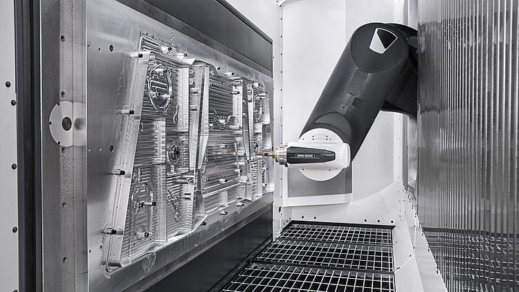 """Weiterentwickelte Technik aus klassischen Werkzeugmaschinen verhilft dem Industrieroboter in der Metall-Zerspanung und CFK-Bearbeitung zum Durchbruch. Im Verbundforschungsprojekt """"EFFECTIVE"""" verbessern Mitarbeiter des Instituts für Fertigungstechnik und Werkzeugmaschinen (IFW) der Leibniz Universität Hannover zusammen mit starken Partnern aus der Industrie die mechanischen Eigenschaften von Robotern und erhöhen damit seine Steifigkeit um das Zehnfache."""