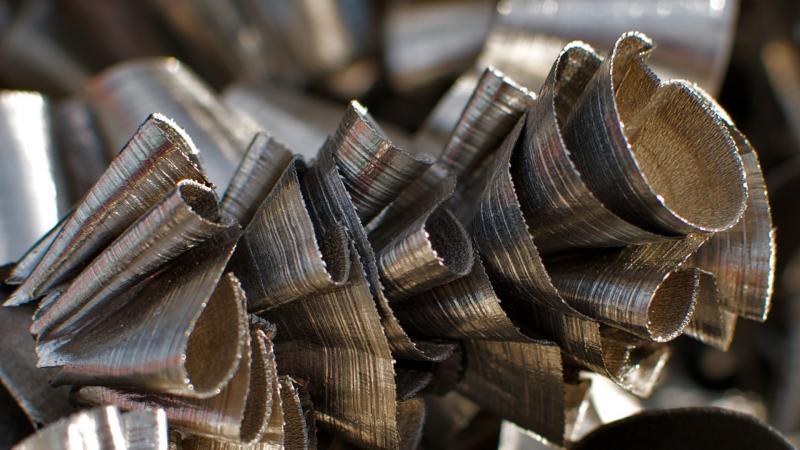 Bei der spanenden Fertigung von Titanbauteilen wird ein Großteil des Rohstoffs in Form von Spänen entsorgt. Die Zerspanraten für große Bauteile für die Flugzeugstruktur liegen beispielsweise oftmals über 90 Prozent. Dies will das Forschungsprojekt Return II federführend vom Institut für Fertigungstechnik und Werkzeugmaschinen der Leibniz Universität Hannover in Kooperation mit vier spezialisierten Industriepartnern aus dem Flugzeugbau und der Recycling Industrie ändern.