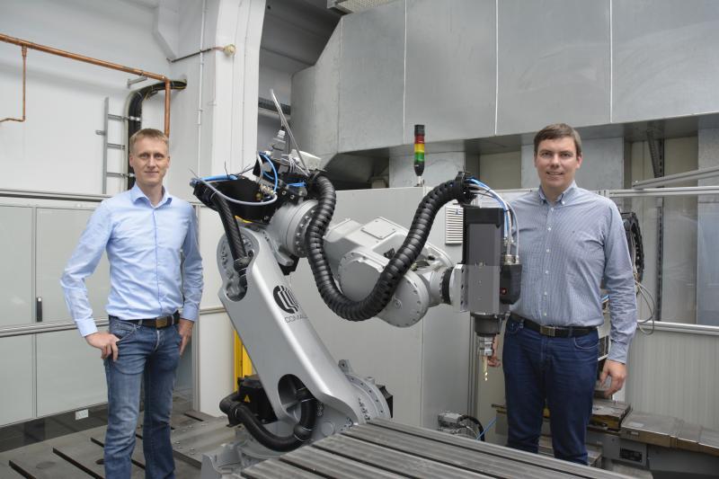 Die Netzwerkmanager des internationalen Automatisierungsnetzwerks META Armin Schleinitz (l.) und Dr. Matthias Rehm (r.) am Applikations- und Testcenter Robotik der Technischen Universität Chemnitz.
