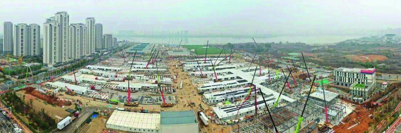 Die Notfallkrankenhäuser Huoshenshan und Leishenshan in Wuhan entstanden binnen weniger Tage im Dreischichtbetrieb und verfügen jeweils über 1.000 Betten für COVID-19-Patienten sowie über bis zu 30 Intensivstationen
