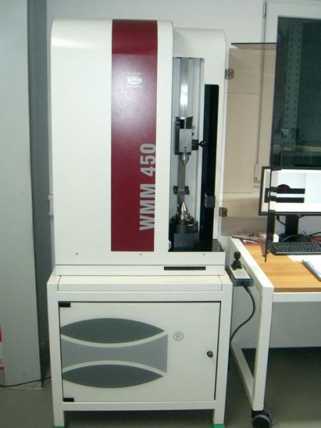 Dieses Messsystem steht in der Produktion von Hipp Medical und dokumentiert fertigungsbegleitend die Präzision bei rotationssymetrischen Drehteilen aus Titan.