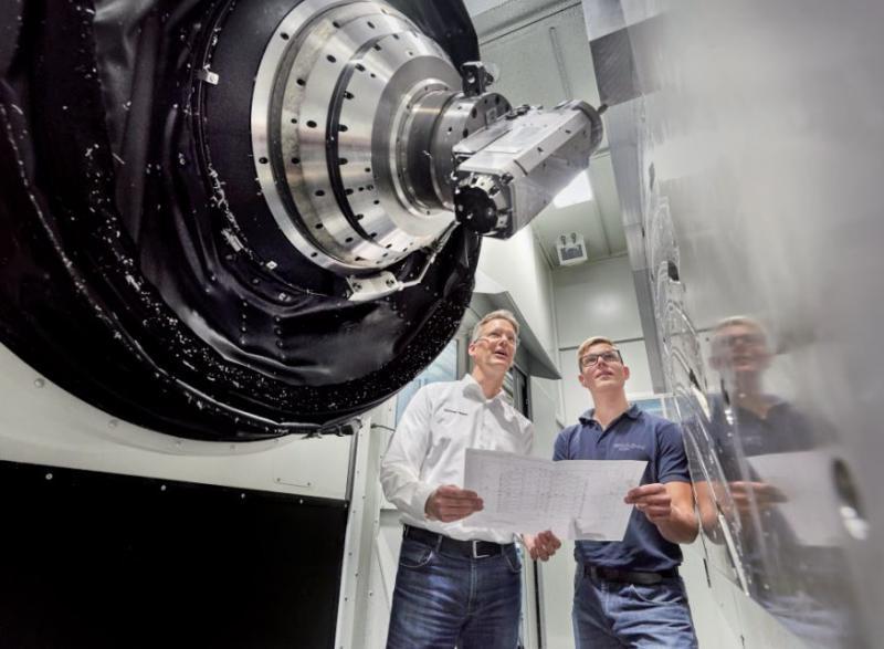 Umschlagsbearbeitung: Der Winkelfräskopf ermöglicht spezielle Fräs- und Bohroperationen, wie die Umschlagsbearbeitung, die vorher nachträglich auf einer anderen Maschine ablief.