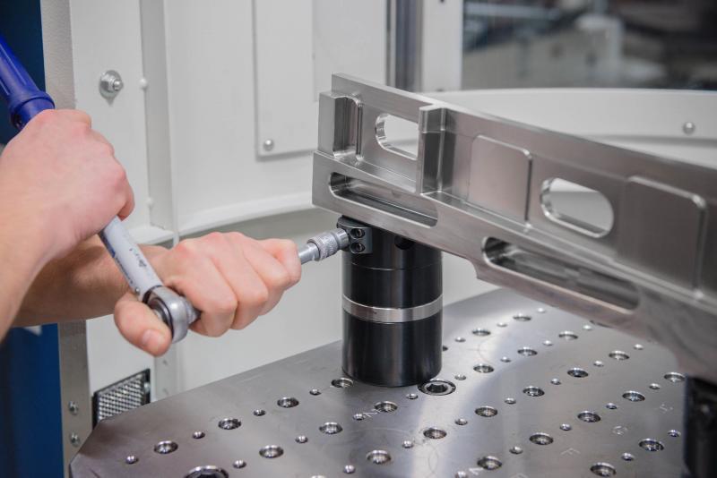 Rüstzeiten mit AMF Nullpunktspanntechnik minimieren: Mit wenigen Handgriffen ist das Werkstück gespannt.