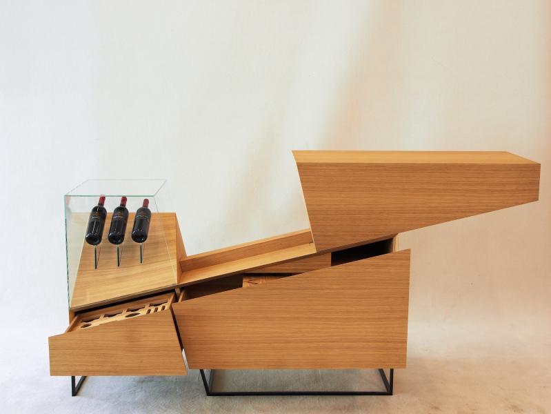 Bei geöffnetem Schiebeteil der Slide Bar entsteht eine angenehme Höhe, die einerseits mit einem Glas Wein zum Verweilen einlädt, andererseits erst dann dem Sommelier die Möglichkeit eröffnet, an die hochwertigen Flaschen in dem auf Gehrung verklebten Glaskorpus zu gelangen