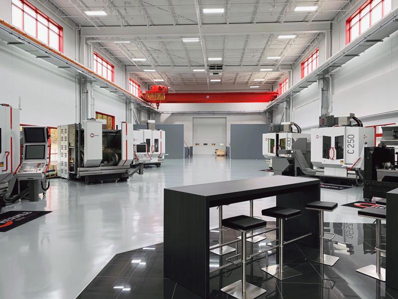 Der neue Technologie- und Schulungsraum, der Platz für bis zu acht teilweise automatisierte Hermle Bearbeitungszentren bietet.