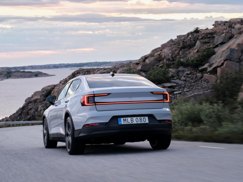 A feature that turns heads: The continuous full-LED rear light of the new Polestar 2