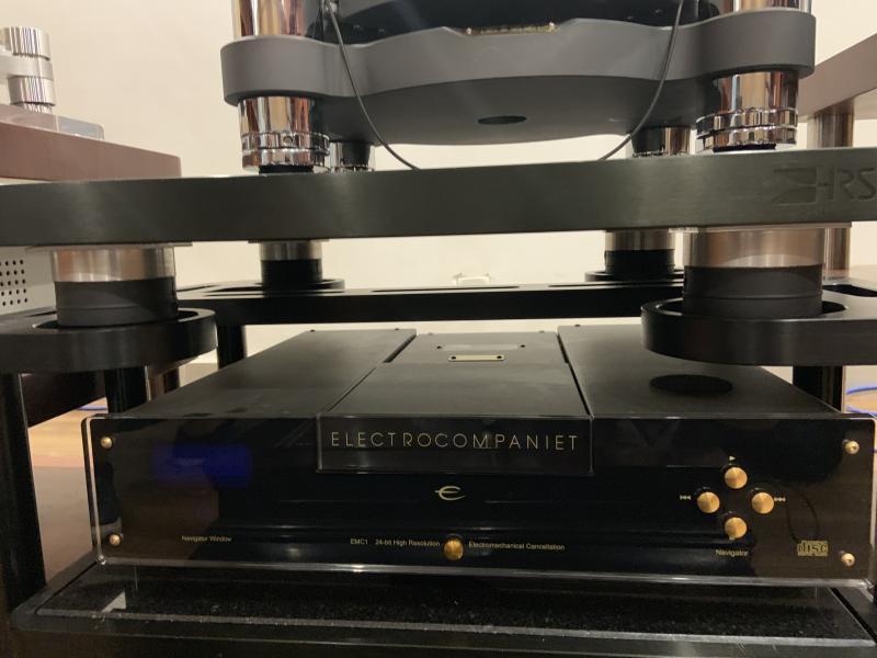 Nahaufnahme der vier pneumatischen Luftfederelemente von ACE im Hi-Fi-Rack