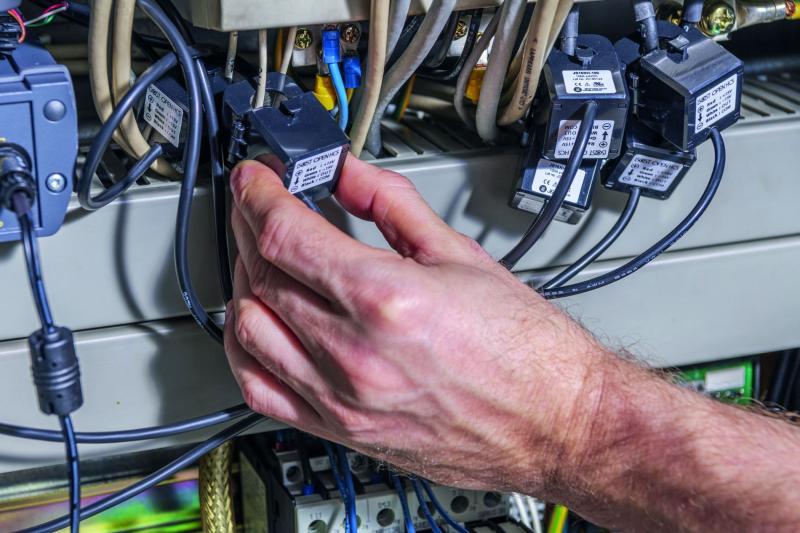 smartblick nutzt den Hall-Effekt als Messprinzip. Die Sensoren messen Strom der durch die Stromzufuhren fließt. Denn wenn Strom durch einen Leiter fließt wird dabei ein magnetisches Feld um den Leiter herum erzeugt. Dieses magnetische Feld induziert dann wiederum im smartblick-Sensor eine Spannung, die die smartblick-Software auswertet.
