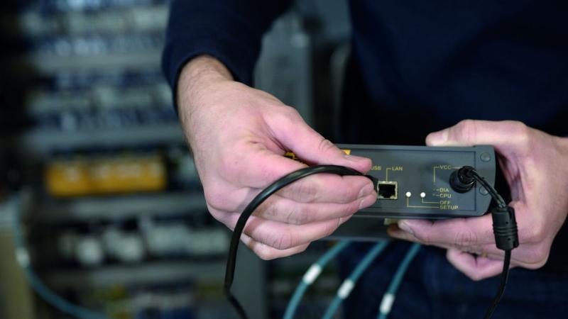 Das Hardware-Paket enthält die smartbox als Schnittstelle zwischen Maschine und smartblick-Service, ein Netzteil plus Netzkabel zur Stromversorgung sowie drei Sensorklemmen samt Anschlusskabel.