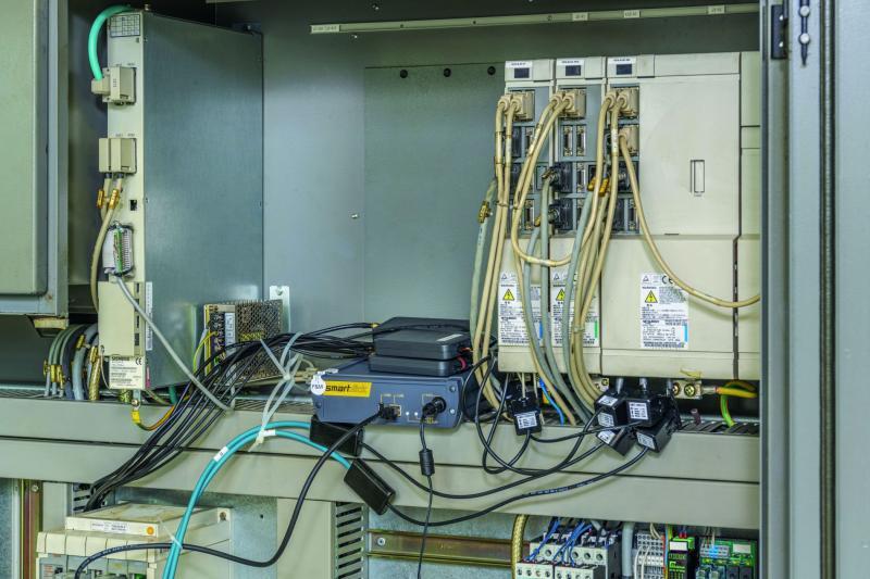 Sind die Sensoren platziert, muss die smartbox samt Netzteil innerhalb des Schaltschranks einen geeigneten Standort finden. Angesichts der geringen Abmessungen des Schnittstellen-Gehäuses sollte das keine Probleme bereiten.
