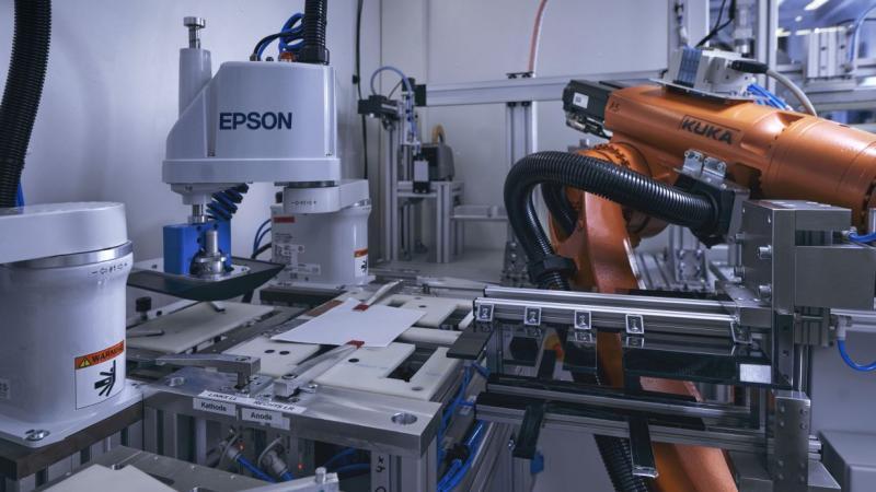 Damit Batterien – etwa für die Elektromobilität – sich passgenau auch in verwinkelte Räume einfügen lassen und mehr Energie speichern können, sind flexibel anpassbare Zellen notwendig. Bislang werden Lithium-Ionen-Zellen aber nach standardisierten Formaten und in starren Systemen hergestellt. Wissenschaftlerinnen und Wissenschaftler des Karlsruher Instituts für Technologie (KIT) entwickeln nun gemeinsam mit Partnern aus der Wissenschaft ein agiles Produktionssystem, mit dem sich Batteriezellen vollständig format-, material- und stückzahlflexibel herstellen lassen. Die im Januar gestartete zweite Stufe des Projektes – AgiloBat2 – fördert das Bundesministerium für Bildung und Forschung (BMBF) mit insgesamt 14,5 Millionen Euro.