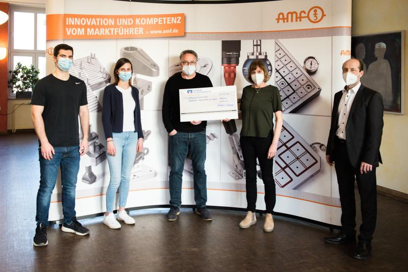 Owing to the fact the Fellbach Christmas market was cancelled in 2020, the AMF trainees set up a corona-compliant collection system at the AMF premises for the annual sale of self-made products. The donation of EUR 8,500 this year goes to the Working Group for Depression and Anxiety.