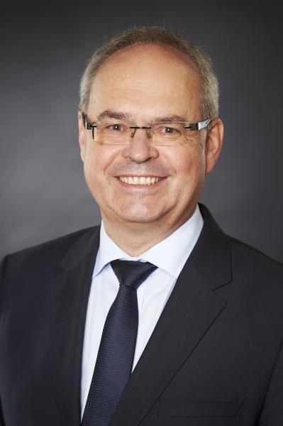 """Prof. Jürgen Fleischer, Leiter des wbk Instituts für Produktionstechnik, wurde als Mitglied in den Beirat """"Batterieforschung Deutschland"""" berufen. Um das Bundesministerium für Bildung und Forschung (BMBF) in Fragen der strategischen Forschungsplanung auf dem Gebiet der elektrochemischen Energiespeicher zu beraten, wurde der Beirat """"Batterieforschung Deutschland"""" gebildet.  Aufgabe des Beirates ist dabei u.a. das Entwickeln und Bewerten von Vorschlägen sowie die Formulierung von Empfehlungen zu Förderprogrammen und Themenclustern. In den Beirat werden Persönlichkeiten berufen, die über besondere Erfahrung und Kompetenz im Bereich der Batterietechnologie verfügen. Der Beirat setzt sich aus Vertretern von Hochschulen und außeruniversitären Forschungseinrichtungen sowie aus der Industrie zusammen. Die Mitglieder des Beirates sollen die gesamte Wertschöpfungskette von Batterien abdecken."""
