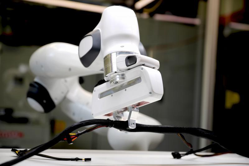 Sieht leichter aus, als es ist: Mittels einer Steuersoftware soll der Roboter lernen, ein deformierbares Objekt wie ein Kabel richtig zu lokalisieren und dann auch zu greifen.