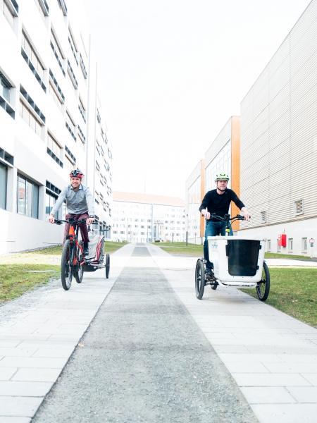 Prof. Dr. Martin Dix (l.) und Prof. Dr. Stephan Odenwald von der Technischen Universität Chemnitz sind Radfahrer aus Leidenschaft und überführen ihre Expertise in den neuen Cluster Mikromobilität.