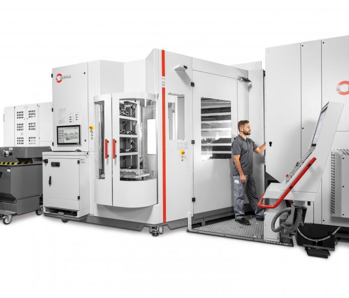 Robotersystem RS 1 - Optimaler Zugang zum Arbeitsraum des Bearbeitungszentrums für den Einrichtbetrieb, während der Roboter an der zweiten Maschine im Automatikbetrieb arbeitet