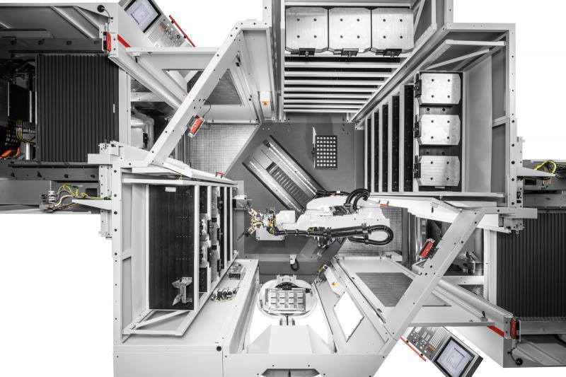 Draufsicht in das Robotersystem RS 1 adaptiert an zwei Hermle Bearbeitungszentren C 22 U links und rechts – bis zu drei Speichermodule sorgen für eine lange autonome Laufzeit und beherbergen Paletten, Universalmatrizen und Greifer