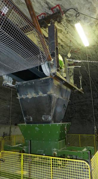 In der Grube Merkers des Werkes Werra der K+S KALI GmbH werden Rolllochklappen über ein Förderband mit Kalisalzrückständen befüllt, bis sie eine maximale Kapazität von einer Tonne erreichen