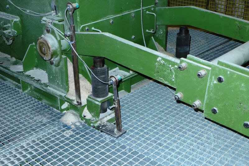 Mit ACE Industriestoßdämpfern ausgestattete Gewichtsausgleich-Schwenkarme an den Rolllochklappen machen die Füllprozesse für die K+S KALI GmbH in der Grube Merkers des Werkes Werra deutlich effizienter als zuvor eingesetzte Gummipuffer und Eigenbaudämpfer