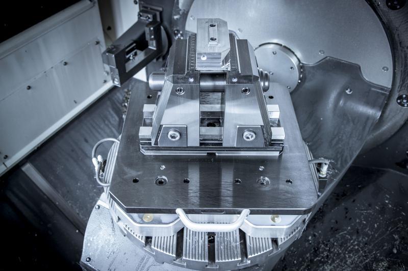 Der 5-Achs-Spanner bietet eine optimierte Zugänglichkeit von allen Seiten, wodurch sich Bauteile sogar sechsachsig bearbeiten lassen. Zudem ist das Spannsystem einfach zu bedienen und verkürzt die Rüstzeit erheblich.