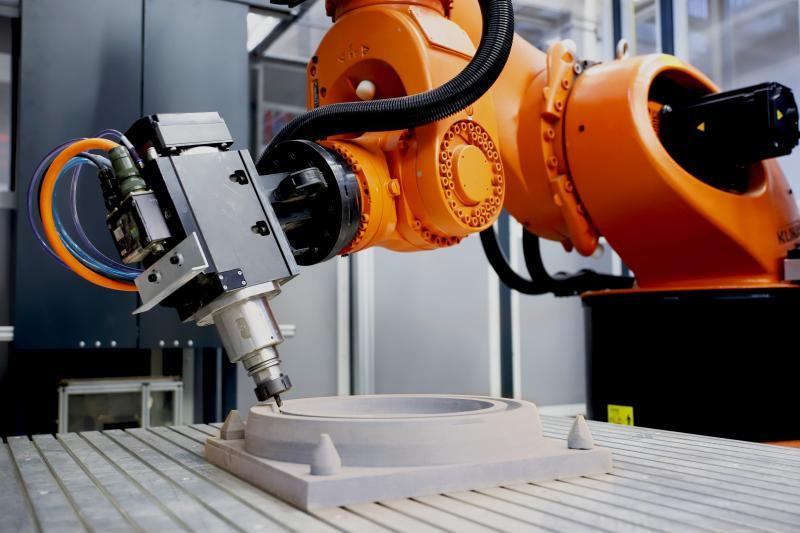 Am ISW forscht man an steuerungstechnischen Ansätzen um Industrieroboter für Zerspanprozesse zu ertüchtigen.
