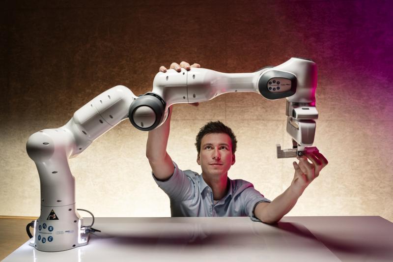 In Systemen mit hybrider Intelligenz werden die Kompetenzen von Mensch und Künstlicher Intelligenz synergetisch kombiniert