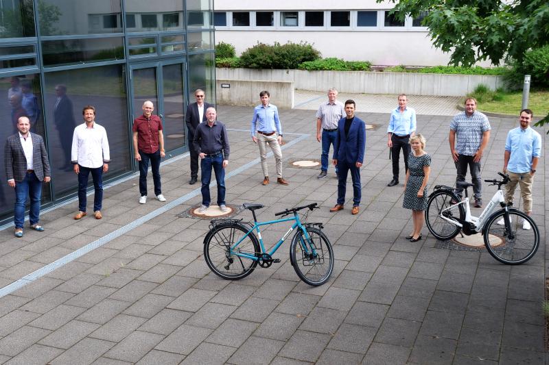 Eine Teilnehmerin und weitere Teilnehmer der Gründungsversammlung des Clusters Mikromobilität.